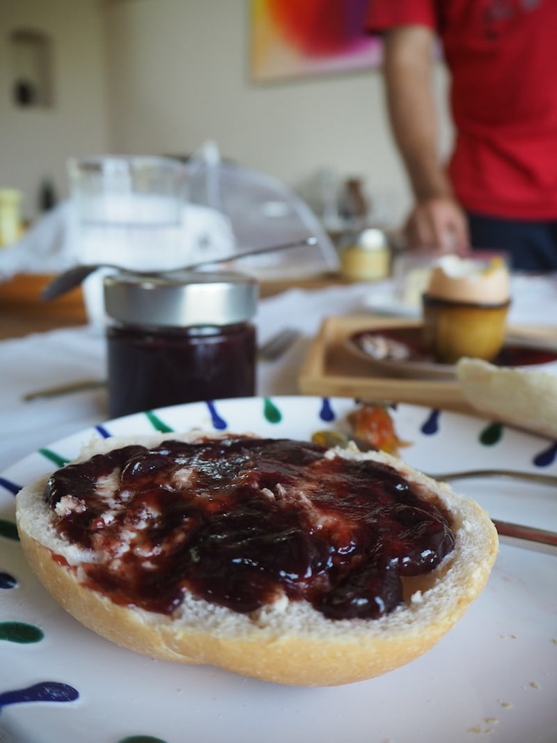 ... bei dem selbstgemachte und lokale Erzeugnisse, wie diese Uhudler-Marmelade oder die Eier vom Nachbarn auf den Tisch kommen ...