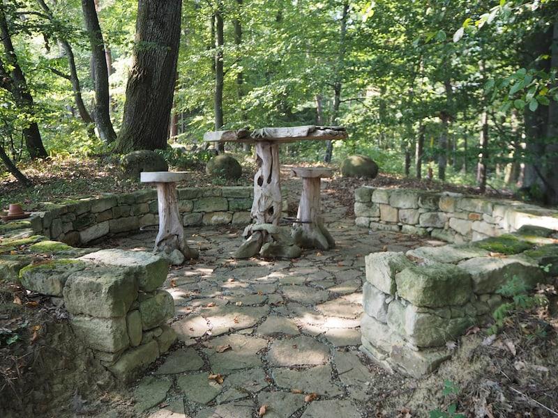 ... entdecken wir auf den zahlreichen Wald- und Wiesenflächen auch immer wieder kleine Hingucker wie diese Sitzgelegenheit hier.