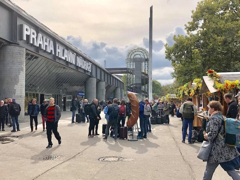 Ankunft am Prager Hauptbahnhof: Mit der Straßenbahn Linie 18 geht es direkt nach Mala Strana und zu unserem Hotel ...