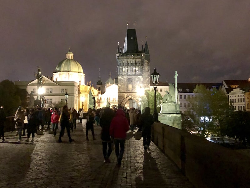 """Dieses Bild von Prag ist ca. um halb acht Uhr abends entstanden (mit Blick Richtung Innenstadt), und es ist betont """"wenig"""" los um diese Zeit ..!"""