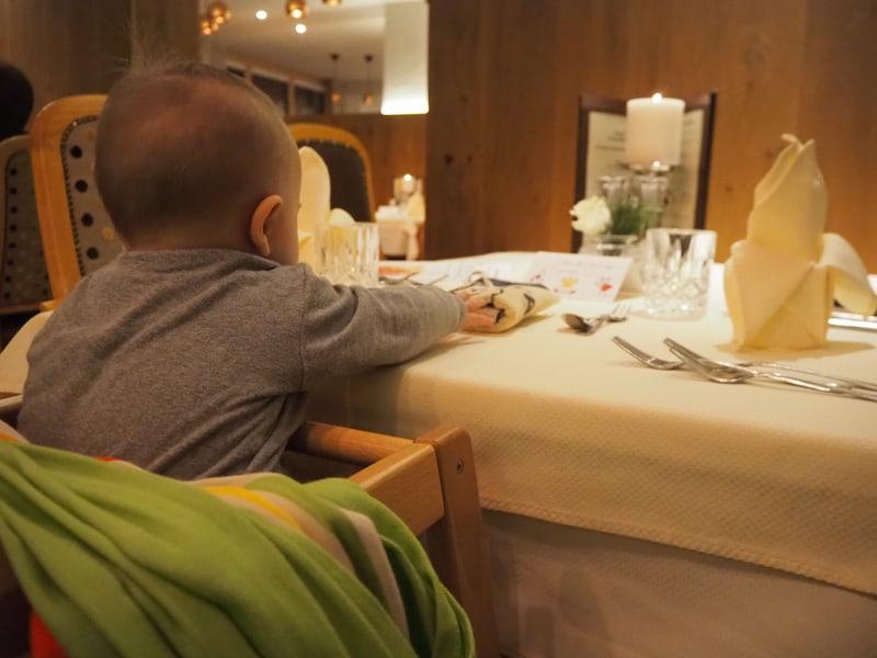 ... hat mich am meisten die spannende Tisch-Deko fasziniert, die die Großen hier vor meiner Nase aufgetürmt haben ... nicht wahr?!