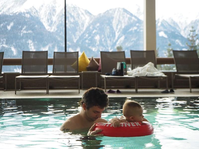 """Wenn schon Babyschwimmen, dann aber """"richtig"""": Vor der grandiosen Kulisse der Tiroler Bergwelt."""
