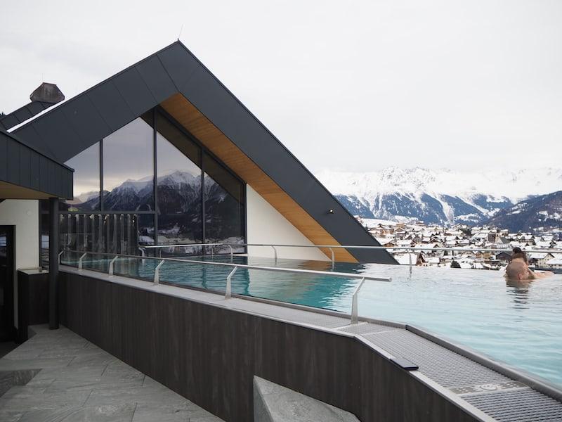 Rooftop Spa mit Außenpool und faszinierend schönen Blicken auf die umliegenden Bergketten ...