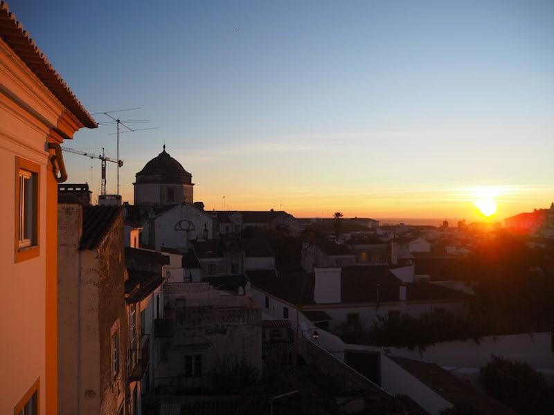 Auch der Sonnenuntergang ist hier ein Traum: Blick von unserem Balkon in der Pousada de Juventude über die Altstadt von Évora.