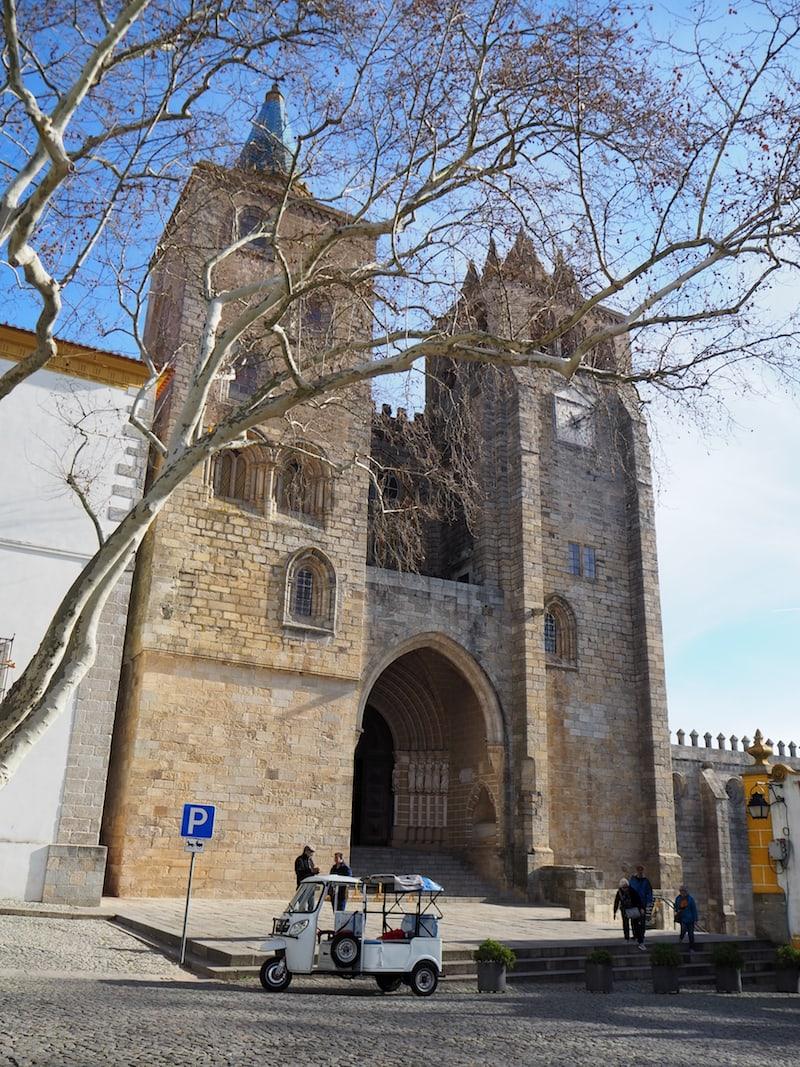 ... ist es nur ein Katzensprung zur gewaltigen Kathedrale von Évora ...