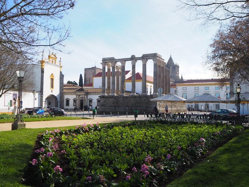 Die zauberhafte Stadt Évora, Hauptstadt der portugiesischen Region Alentejo, bietet zahlreiche geschichtliche Epochen auf einen Blick: Tempel & Aquädukt aus der Römerzeit, Kathedrale aus dem Mittelalter.