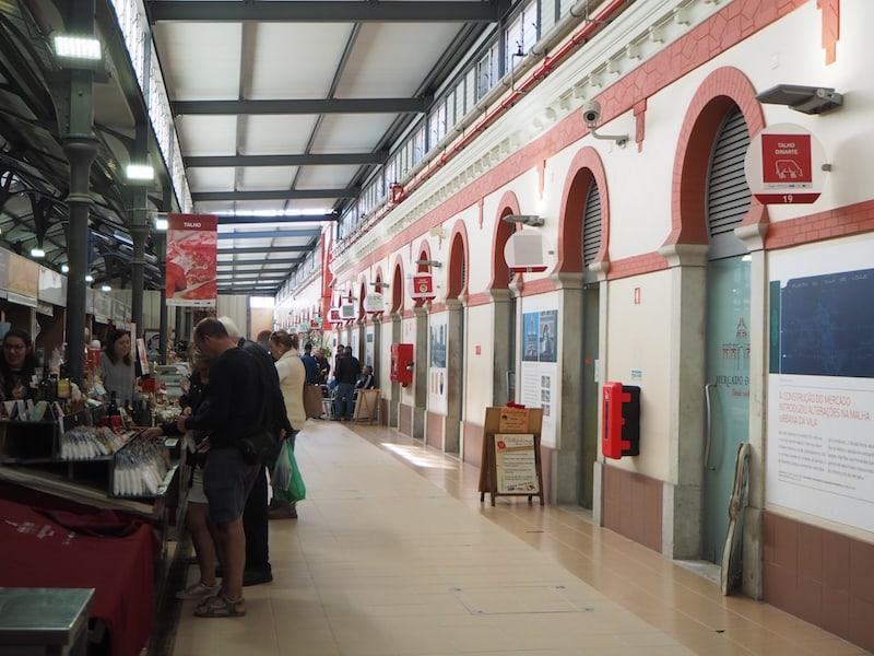 """Drinnen könnt Ihr nach Herzenslust """"Food-Shopping"""" betreiben und Souvenirs aus der Algarve erstehen ..."""