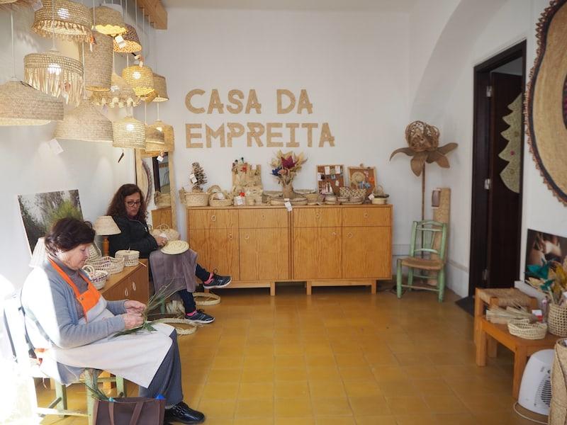 """... Blick in einen der kreativen Läden, hier die """"Casa da Empreita"""", Flechthandwerk aus der Algarve ..."""
