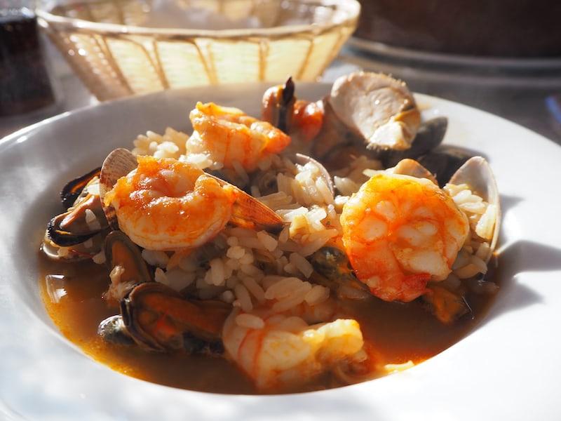 ... erst mal Meeresfrüchte Paella, wie sie im Bilderbuche steht finde ich ...