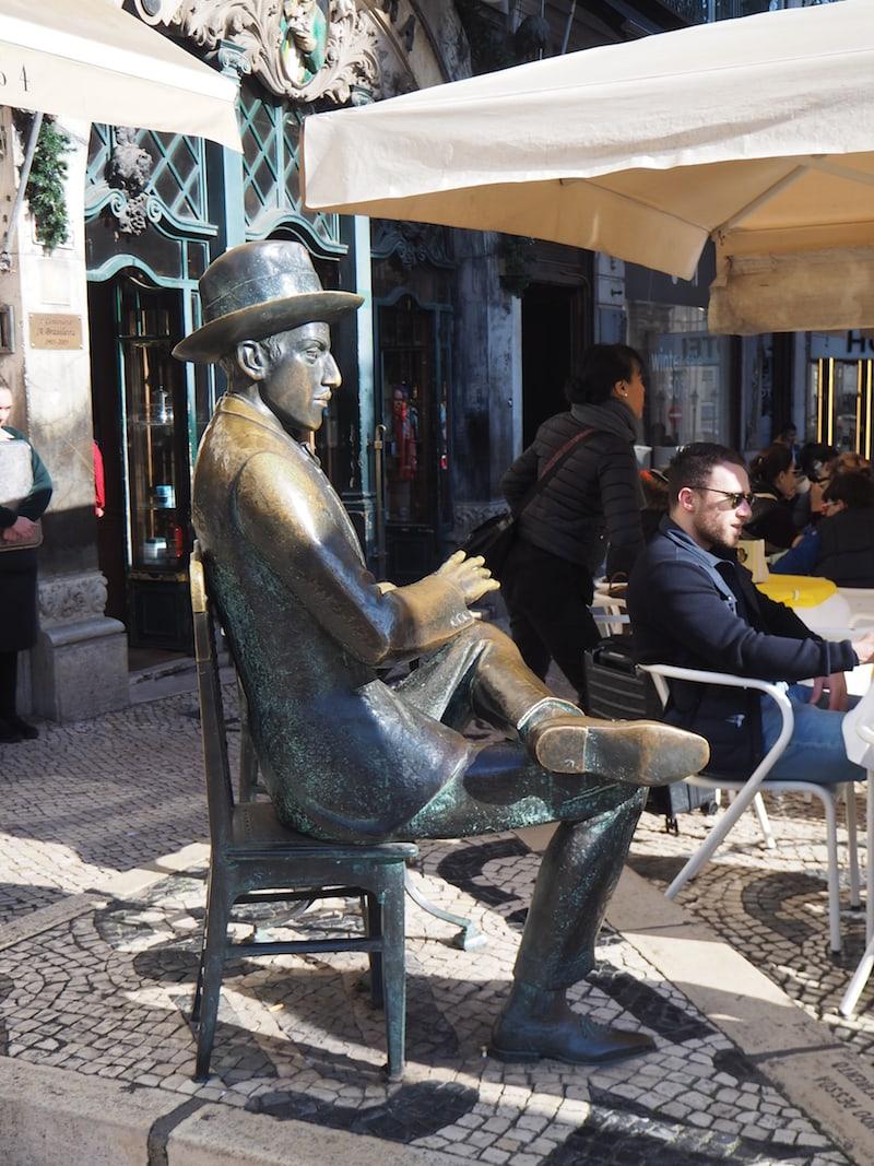 Nahe der Metro Baixa-Chiado könnt Ihr kurz beim berühmten Schriftsteller Fernando Pessoa Platz nehmen ...