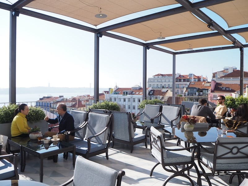 ... und nur ein paar Schritte weiter zur Dachterrasse des kürzlich neu eröffneten Hotels Bairro Alto weiter spazieren: Auf die Dachterrasse kommt man auch ohne Hotelgast zu sein, die Ausblicke von hier oben sind einfach sagenhaft.