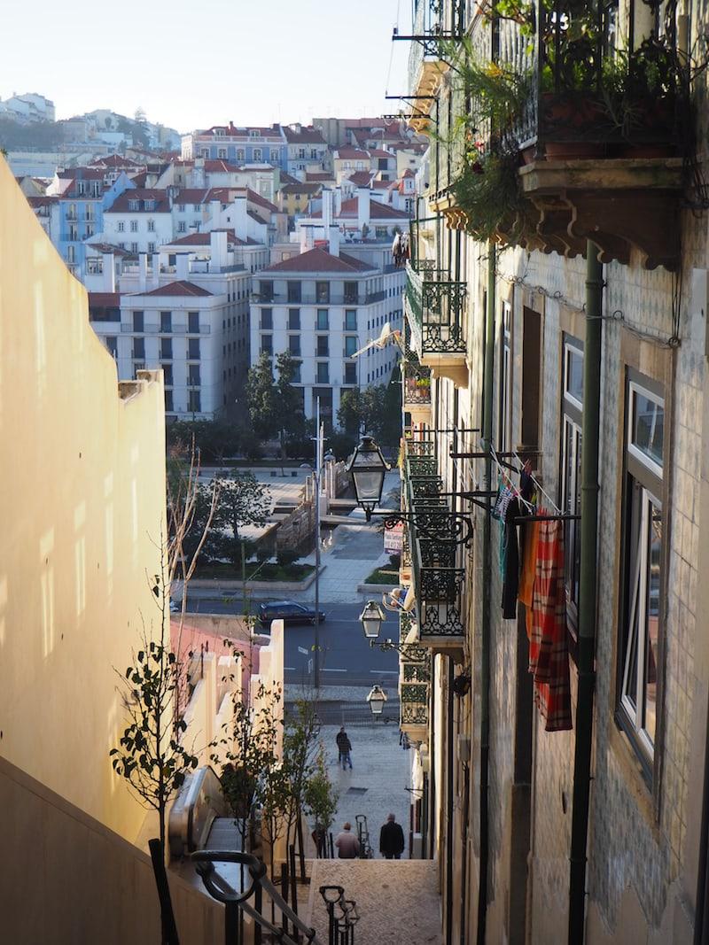 Gemeinsam marschieren wir dann noch über die neu gestaltete Promenade am Flussufer des Tejo hinauf in das Stadtviertel der Mouraria, in Richtung Castelo Sao Jorge ...