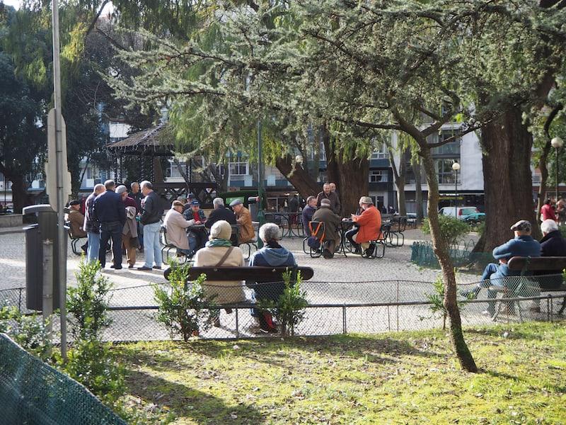 ... ist so richtig gemütlich: Die Menschen auf der Straße und im Park ...