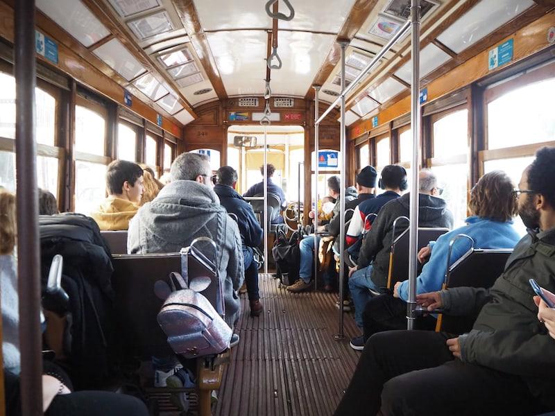 """Nicht vergessen: Eine Fahrt mit der berühmten """"Tram 28"""", die die gesamten Sehenswürdigkeiten der Altstadt von Lissabon im wahrsten Sinne des Wortes """"abklappert"""" ..."""