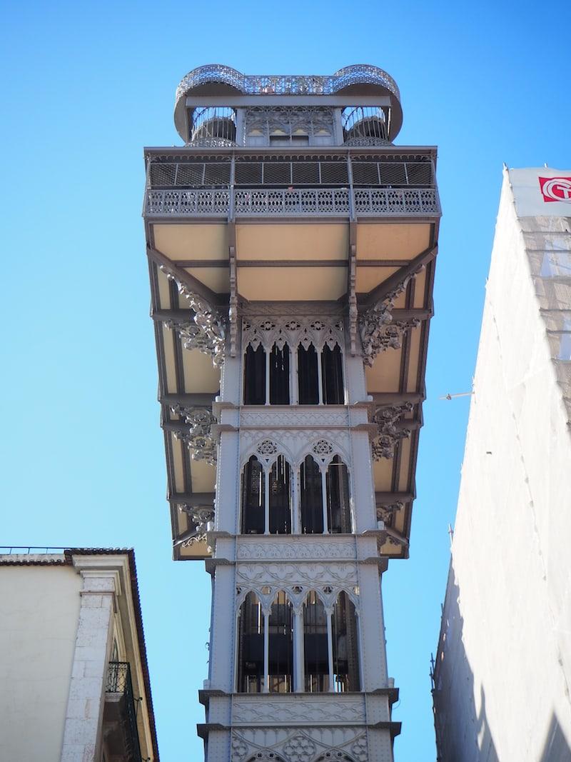 ... sehen, dass auf den berühmten Lift Santa Justa leider zu viele Menschen warten, um sich mit einem kleinen Baby anzustellen ...
