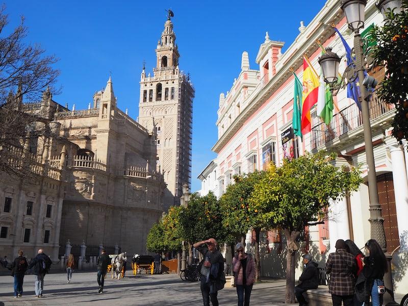 """Die Farbenpracht rund um die ehemalige Königsresidenz von Sevilla, genannt """"El Alcázar de Sevilla"""", beginnt schon hier am Hauptplatz samt Kathedrale ..."""