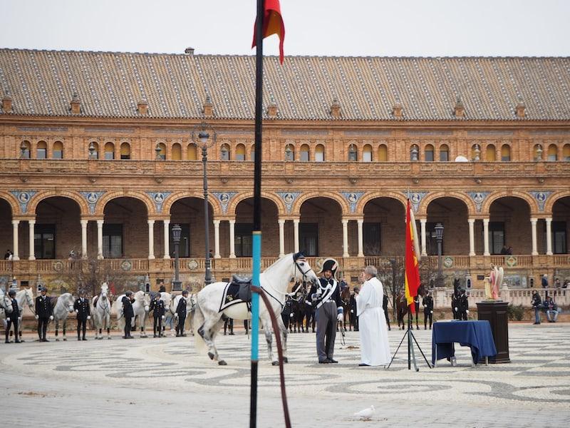 Segnung für Polizeipferde auf der weltberühmten, zum Weltkulturerbe der UNESCO gehörenden Plaza de España ...