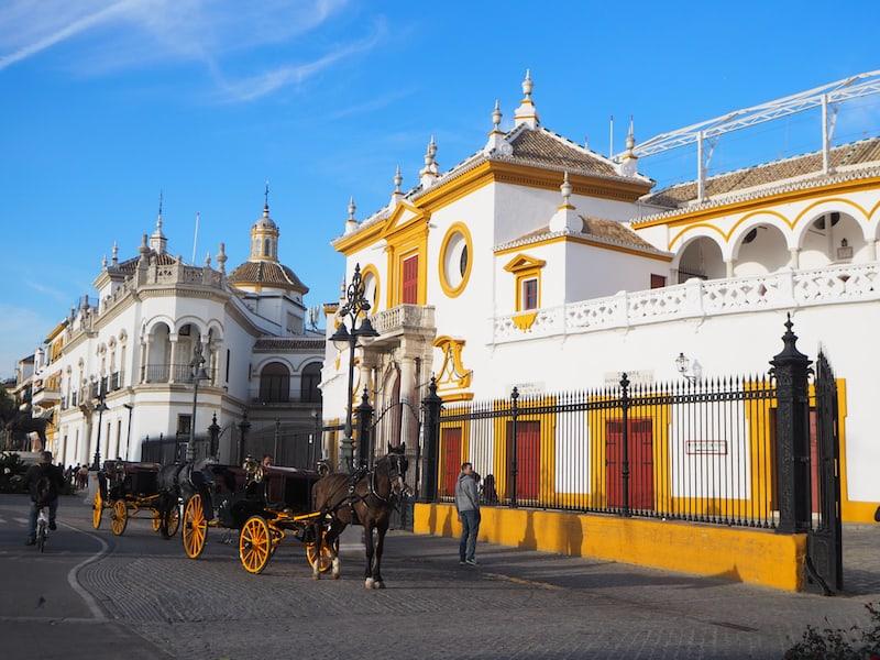 ... und hier, die von außen zugegebenermaßen strahlend schöne Stierkampfarena Sevillas ...