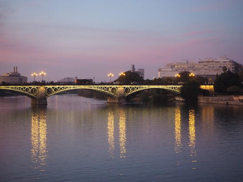 ... voller schöner Eindrücke lassen wir bei einem abendlichen Spaziergang in der winterlichen Wärme Sevillas die Tage hier Revue passieren, und versprechen einander, eines Tages wiederzukehren.