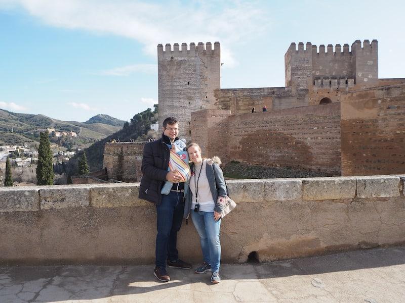 ... und mit einem noch nicht mobilen Baby, das ideal im Tragetuch schläft und zufrieden ist, ist die Erkundung der Alhambra auch mit Baby ideal möglich ...