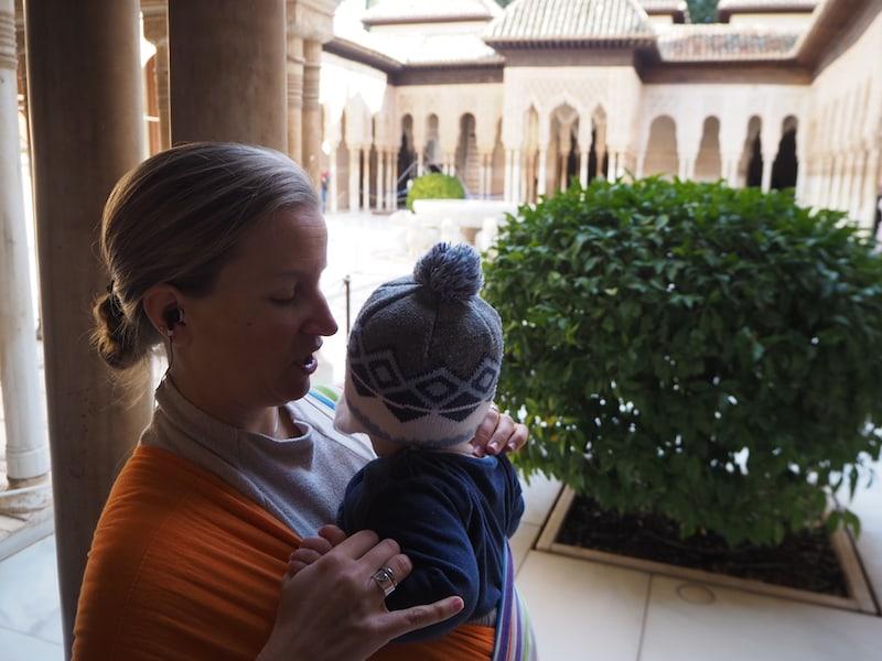 """... im Patio de los Leones, dem weltberühmten Innenhof der Alhambra jedoch ist Liam """"nicht mehr zu halten"""" ..."""
