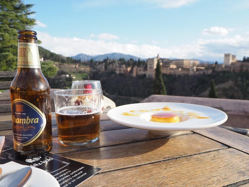 ... schließlich gilt es, alles zu erleben und zu entdecken: Auch ein teures Bier musste sein, mit Blick auf die sagenhafte Alhambra samt Sierra Nevada später ...