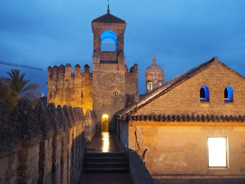 ... abends erkunden wir auch den umliegenden Palast ...