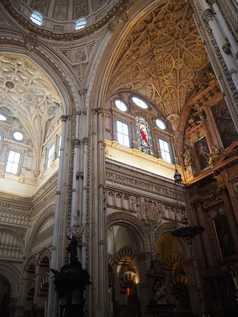 ... erhebt sich die Kathedrale direkt aus den Säulen der Moschee heraus ...