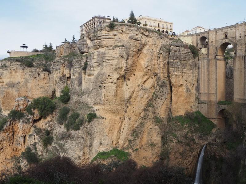 """... er führt Euch zu Blicken wie diesen hoch über die imposante """"Felsenstadt"""" Ronda ..."""
