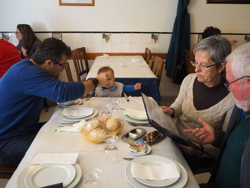 ... oder mit wem (hier mit lieben portugiesischen Freunden in Faro, Algarve): Hauptsache, Futter für mich !!