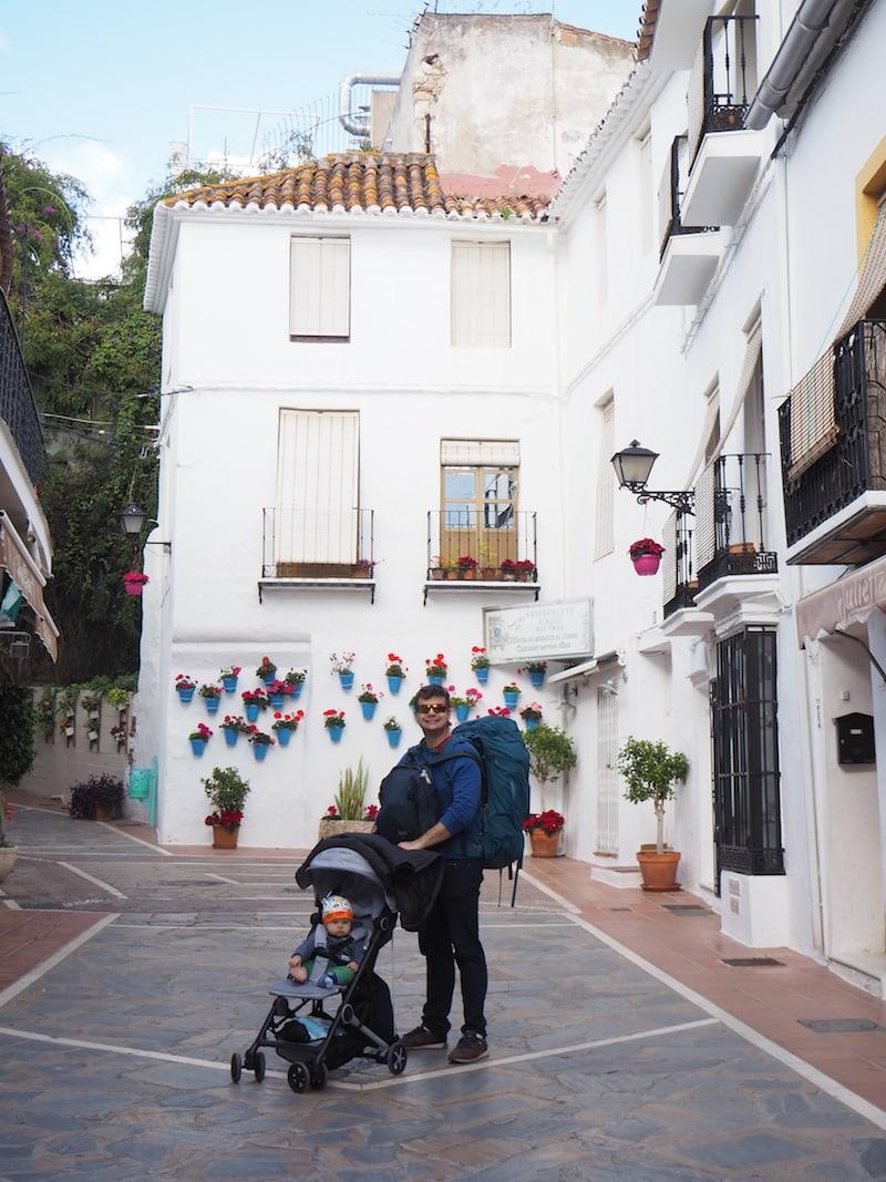 Auch der Vater: Immer top modern gestylt, hier beim Blick durch die Gässchen von Marbella, Südspanien.
