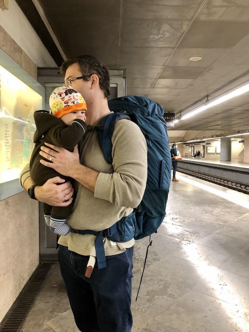"""""""Daddy, I love you!"""" - """"Baby, I love you!"""" Stilles Gespräch in der U-Bahn von Lissabon."""