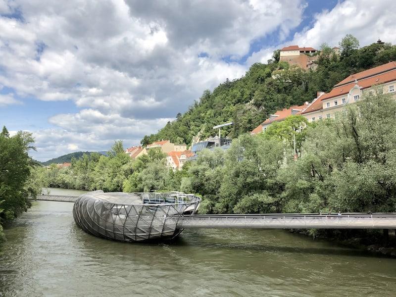"""... weiter geht's über die nicht minder berühmte Murinsel, ein glanzvolles """"Relikt"""" aus der Zeit, als Graz Kulturhauptstadt Europas war ..."""