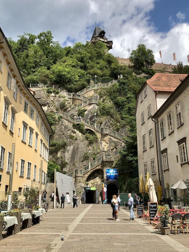 """... hinauf auf den Schlossberg (es sind """"nur"""" 200+ Stufen ...!) ..."""
