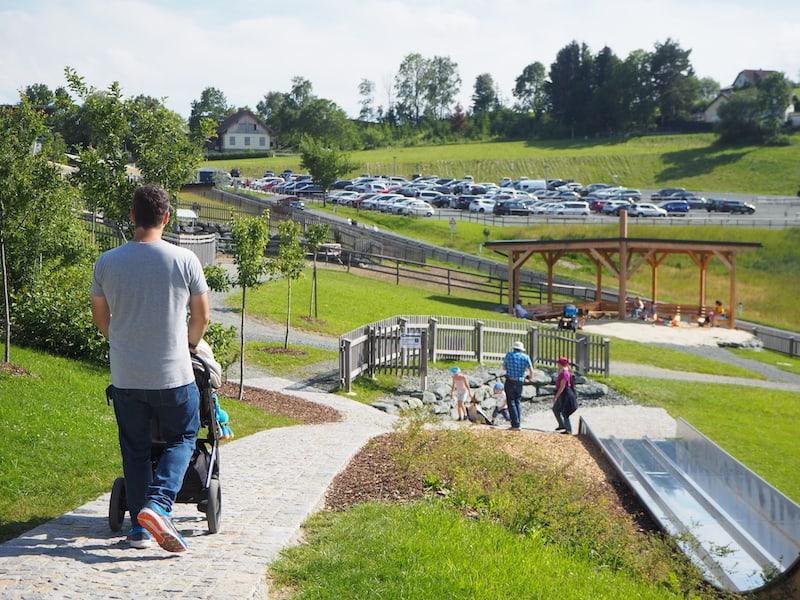 In der näheren Umgebung, nämlich Krumbach am Wechsel, bietet sich auch der Besuch der EisGreisslerei mit riesigem Erlebnis-Spielplatz an ...