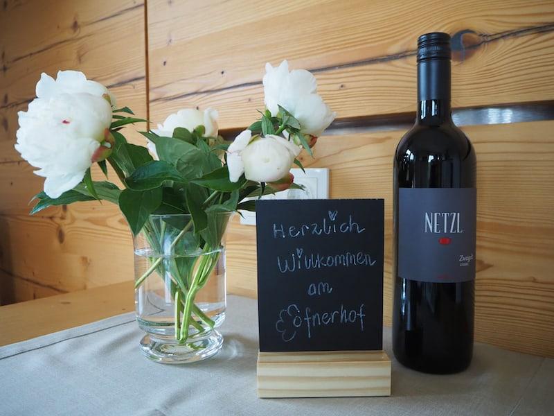 ... überhaupt erwarten uns sehr viele liebevolle Details, duftende Pfingstrosen, ein herrlicher Rotwein auf dem Zimmer ...