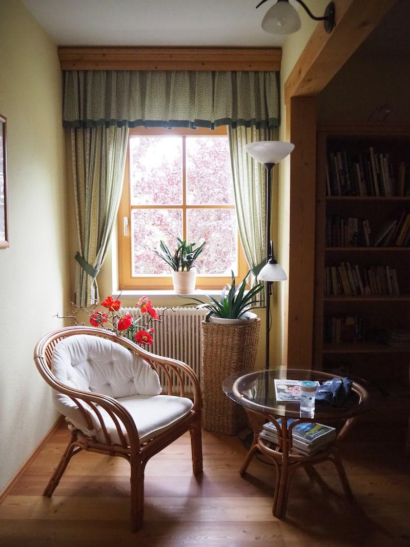 ... daneben wartet eine gemütliche Lese-Ecke und Bibliothek auf Leseratten wie mich ...