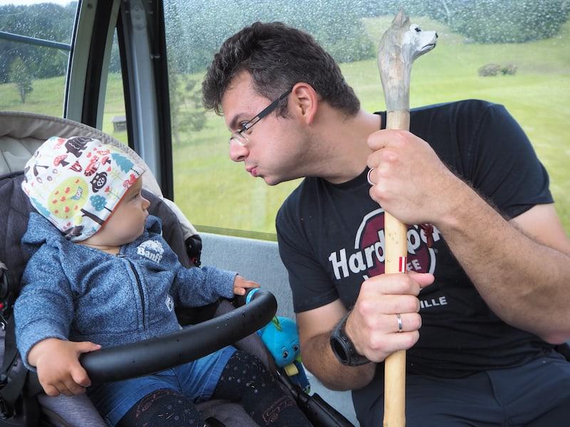... ich staune nicht schlecht: Papa, zum ersten Mal fahre ich mit der Gondel auf einen Berg!?