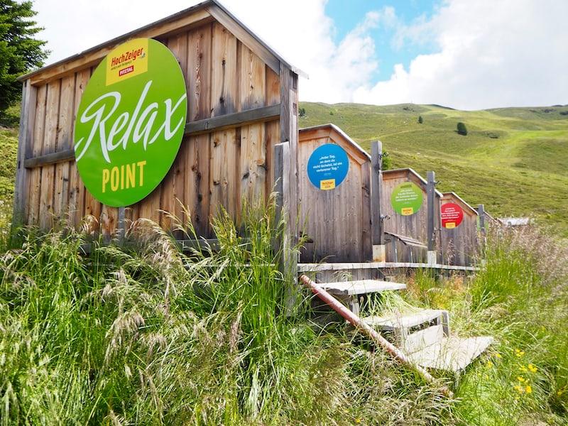 """Tolle """"Relax-Inseln"""" direkt am Berghang über dem Zeiger-Restaurant laden zum Entspannen und Verweilen ein ..."""