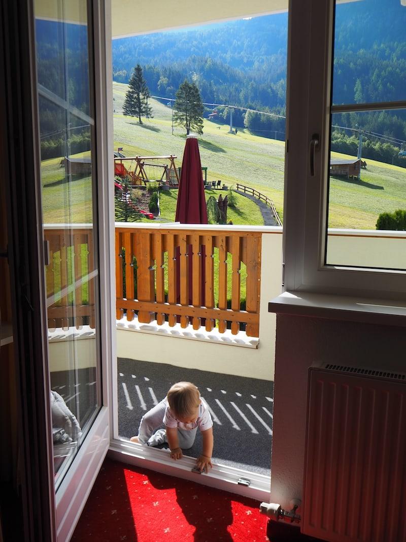 Angekommen im Hotel Alpenroyal im Pitztal. Gleich hinter die Terrasse wartet die Bergwelt des Hochzeiger auf uns!