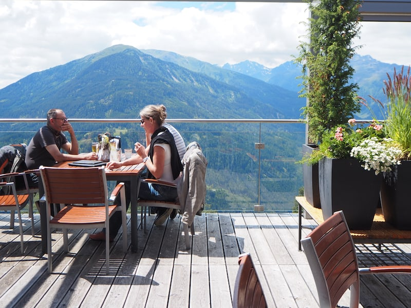 Im Anschluss lockt der Besuch des unmittelbar nebenan gelegenen Cafés über dem Naturparkhaus Kaunergrat, das eine kleine aber feine Ausstellung über den Naturpark beherbergt.