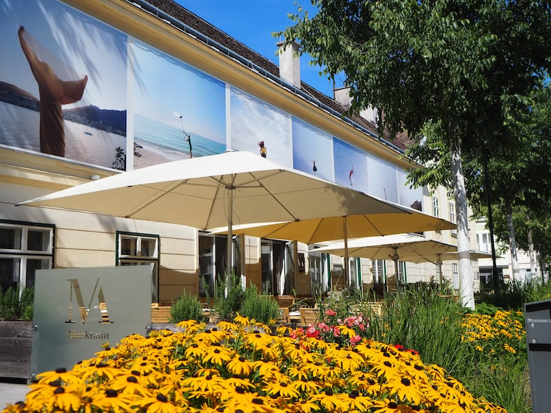 Wir beginnen unseren Rundgang entlang faszinierender Fotografien in Baden bei Wien am Brusattiplatz vor dem Leopoldsbad