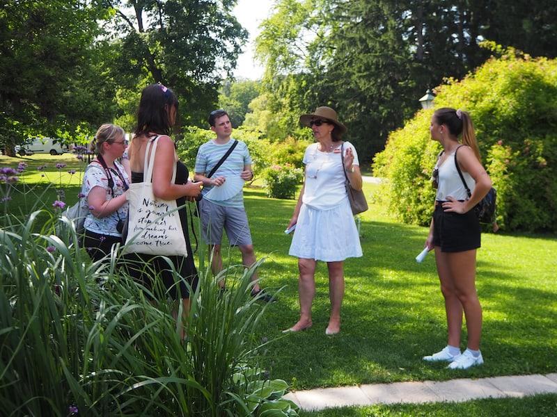 Gekonnt führt uns auch dieses Jahr Christine Triebnig-Löffler von den offiziellen Stadtführern Badens durch die Fotoausstellung ...