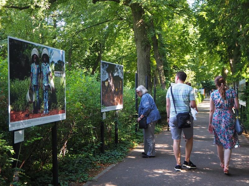 ... die vielen Details der jeweiligen Fotografien sind es wert, sich viel Zeit für die Ausstellung und die Geschichte der porträtierten Menschen und Lebenswelten zu nehmen.