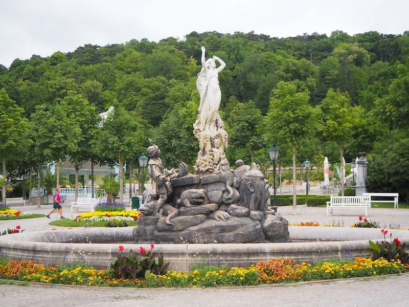 """Überall begegnet man in Baden dem Thema """"Wasser"""", oder seiner Feier in Form dieses Undine-Brunnens im Kurpark Baden."""