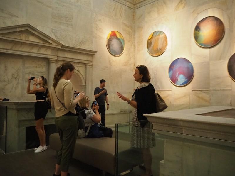 Moderne Bilder und der Gegensatz des alten Badehauses schaffen eine ganz besondere Stimmungswelt im Arnulf-Rainer-Museum von Baden.