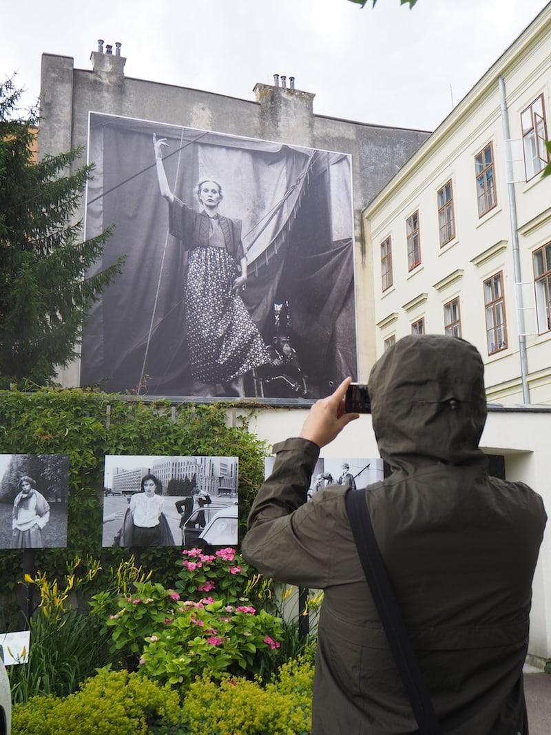 Mein Tipp für Euch: Wenn Ihr den Innenhof durchquert, gelangt Ihr zu einem der größten Fotos im Rahmen des Fotofestivals in Baden.