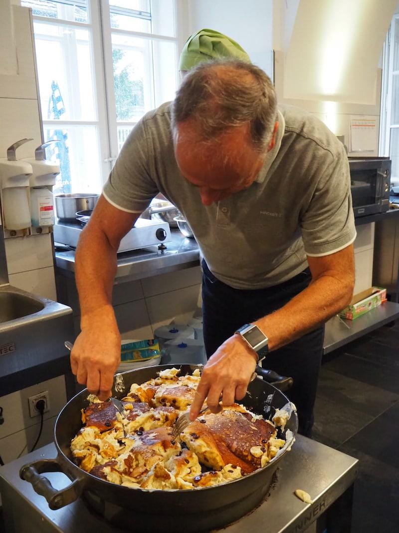 Voller Einsatz bei Herwig Gasser: Der Meister höchstpersönlich führt uns vor, wie ein richtiger Kaiserschmarren zubereitet werden muss - nach original Rezept zu Zeiten des Kaisers!