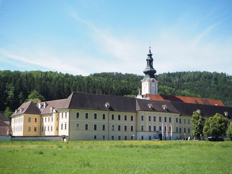 Der Blick auf die Stiftsanlage des Stift Rein nahe Graz in der Steiermark beeindruckt schon von weitem.