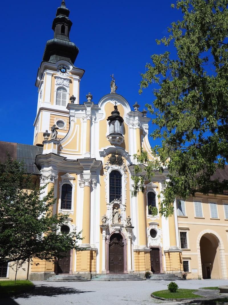 ... ebenso die gewaltige Stiftskirche inmitten des mächtigen Innenhofes.